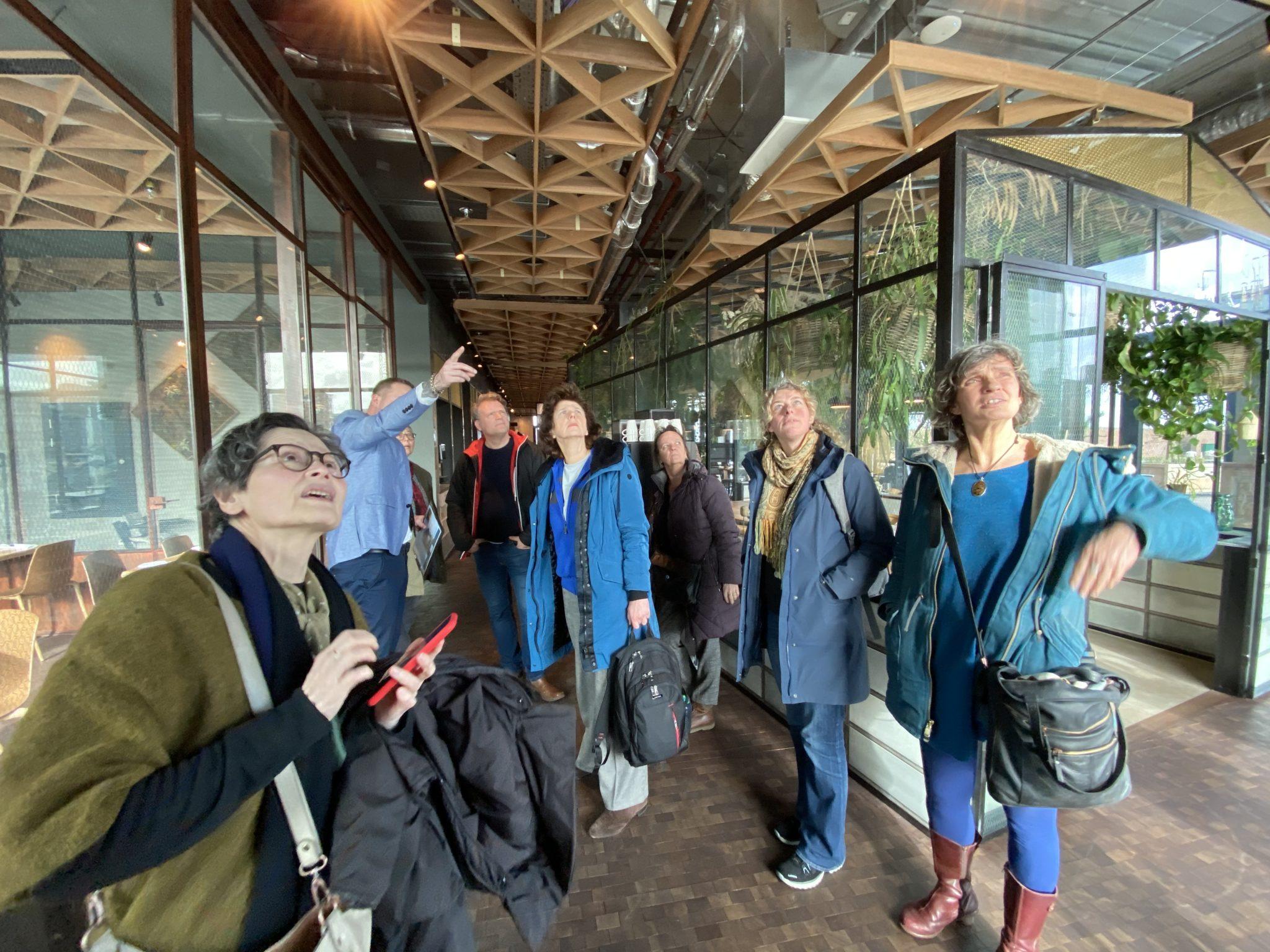 Stroomleden op excursie voor inspiratie over duurzaam bouwen bij hotel Breeze